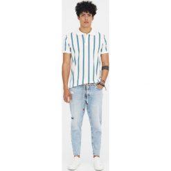 Jeansy z efektem zużycia i dziurami. Czarne jeansy męskie z dziurami marki Pull&Bear, m. Za 139,00 zł.