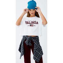 Koszulka z napisem i haftowaną flagą. Szare t-shirty damskie Pull&Bear, z haftami. Za 49,90 zł.