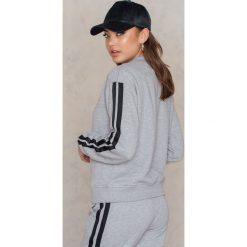 Bluzy damskie: NA-KD Trend Bluza basic z paskami – Grey
