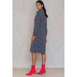 Długie sukienki: Qontrast X NA-KD Sukienka z węzłem Lips - Blue,Multicolor,Navy