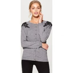 Swetry rozpinane damskie: Rozpinany sweter z koronkową aplikacją – Szary