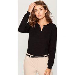 Sweter z biżuteryjnym detalem - Czarny. Czarne swetry klasyczne damskie marki Mohito, l. Za 89,99 zł.