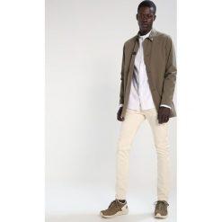 KIOMI Jeansy Slim Fit off white. Białe jeansy męskie marki KIOMI. Za 149,00 zł.