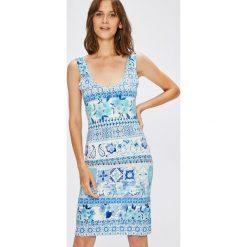 Desigual - Sukienka Luana. Szare sukienki dzianinowe marki Desigual, na co dzień, l, casualowe, z okrągłym kołnierzem, na ramiączkach, mini, dopasowane. W wyprzedaży za 179,90 zł.