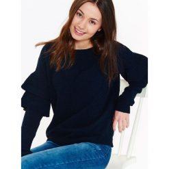 Swetry klasyczne damskie: SWETER DAMSKI Z FALBANKAMI NA RĘKAWACH