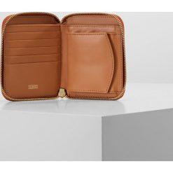 CLOSED WALLET Portfel late summer tan. Pomarańczowe portfele damskie marki CLOSED. W wyprzedaży za 341,55 zł.