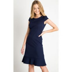 Granatowa sukienka z falbaną u dołu QUIOSQUE. Niebieskie sukienki marki QUIOSQUE, z tkaniny, eleganckie, z kopertowym dekoltem, kopertowe. W wyprzedaży za 59,99 zł.