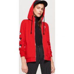 Bluza z kapturem MICKEY MOUSE - Czerwony. Czerwone bluzy z kapturem damskie marki Cropp, l. Za 99,99 zł.