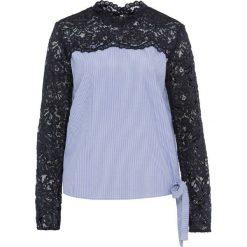 Bluzka z koronką, długi rękaw bonprix biało-jasnoniebieski w paski. Białe bluzki koronkowe marki bonprix, z kokardą, z długim rękawem. Za 74,99 zł.