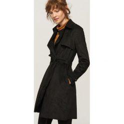 Płaszcz z imitacji zamszu - Czarny. Białe płaszcze damskie marki Reserved, l, z dzianiny. W wyprzedaży za 119,99 zł.