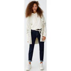 Jeansy slim fit z wysokim stanem. Niebieskie boyfriendy damskie Pull&Bear, z jeansu. Za 99,90 zł.