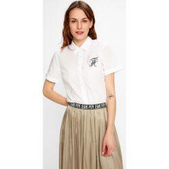 Tommy Hilfiger - Koszula Hadley. Szare koszule damskie TOMMY HILFIGER, z bawełny, casualowe, z klasycznym kołnierzykiem, z krótkim rękawem. W wyprzedaży za 239,90 zł.