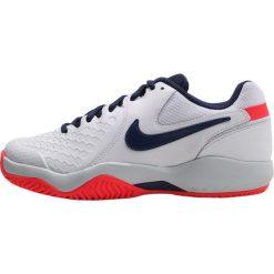 Nike Performance ZOOM AIR RESISTANCE Obuwie multicourt white/binary blue/pure platinum/solar red. Białe buty sportowe damskie marki Nike Performance, z gumy, na golfa. Za 279,00 zł.