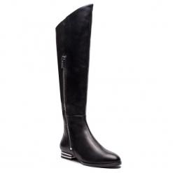 Muszkieterki DKNY - Lolita K3869335 Black. Czarne kowbojki damskie DKNY, ze skóry ekologicznej, przed kolano, na wysokim obcasie, na obcasie. Za 1079,00 zł.