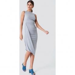 Trendyol Sukienka z drapowaniem - Grey. Szare sukienki z falbanami marki Trendyol, z jersey, z kopertowym dekoltem, midi, kopertowe. W wyprzedaży za 40,48 zł.