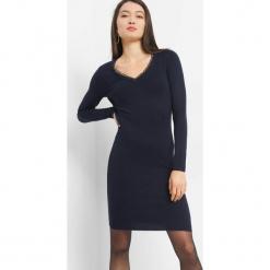 Dopasowana sukienka z ażurem. Czarne sukienki dzianinowe marki Orsay, xs, z dekoltem na plecach. Za 99,99 zł.
