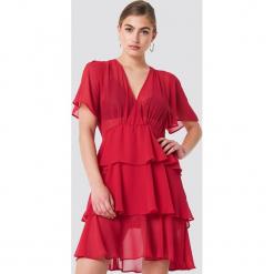 NA-KD Boho Sukienka z trójwarstwową falbanką - Red. Niebieskie sukienki boho marki NA-KD Boho, na imprezę, w koronkowe wzory, z koronki, na ramiączkach, mini. W wyprzedaży za 97,17 zł.