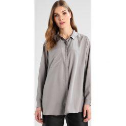 Karen by Simonsen STATIC Koszula powder grey. Szare koszule damskie Karen by Simonsen, z materiału. W wyprzedaży za 356,30 zł.