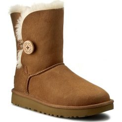 Buty UGG - W Bailey Button II 1016226 W/Che. Szare buty zimowe damskie marki Ugg, z materiału, z okrągłym noskiem. Za 989,00 zł.
