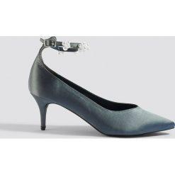 NA-KD Shoes Czółenka z paskiem z perłami - Grey. Szare buty ślubne damskie NA-KD Shoes, w paski, z satyny. Za 121,95 zł.