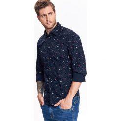 KOSZULA MĘSKA O DOPASOWANYM KROJU Z NADRUKIEM I ZAPINANIEM NA NAPY. Niebieskie koszule męskie na spinki marki Top Secret, na jesień, m, z nadrukiem. Za 64,99 zł.