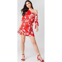 Sukienki: Hannalicious x NA-KD Sukienka na jedno ramię z wiązaniem – Red,Multicolor