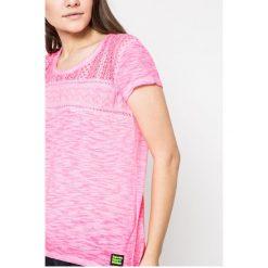 Superdry - Top. Różowe topy damskie Superdry, s, z bawełny, z okrągłym kołnierzem. W wyprzedaży za 79,90 zł.