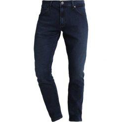 Wrangler LARSTON Jeansy Slim Fit spilled indigo. Szare jeansy męskie relaxed fit marki Wrangler, l, z poliesteru, z kapturem. Za 379,00 zł.