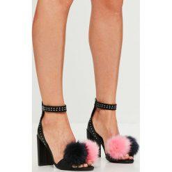 Missguided - Sandały. Czerwone sandały damskie na słupku marki Casu, w ażurowe wzory. W wyprzedaży za 79,90 zł.