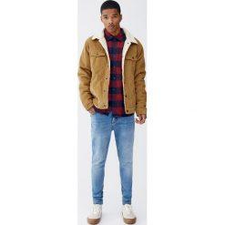Niebieskie jeansy carrot fit. Niebieskie jeansy męskie relaxed fit Pull&Bear. Za 109,00 zł.