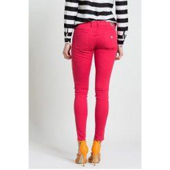 Guess Jeans - Spodnie. Niebieskie jeansy damskie rurki marki Guess Jeans, z obniżonym stanem. W wyprzedaży za 249,90 zł.