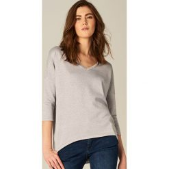 Luźny sweter z brokatowym połyskiem - Szary. Szare swetry klasyczne damskie marki Mohito, l. W wyprzedaży za 39,99 zł.