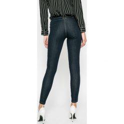 Guess Jeans - Jeansy Curve X Chino. Niebieskie jeansy damskie rurki marki Guess Jeans, z aplikacjami, z bawełny, z obniżonym stanem. W wyprzedaży za 299,90 zł.