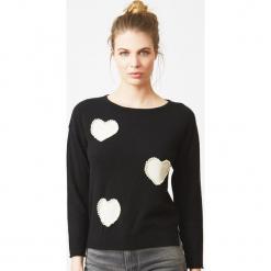 Sweter kasmirowy w kolorze czarnym. Czarne swetry klasyczne damskie marki Ateliers de la Maille, z kaszmiru, z dekoltem w łódkę. W wyprzedaży za 545,95 zł.