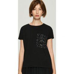 T-shirt z aplikacją na kieszeni - Czarny. Czerwone t-shirty damskie marki Sinsay, l, z nadrukiem. Za 29,99 zł.