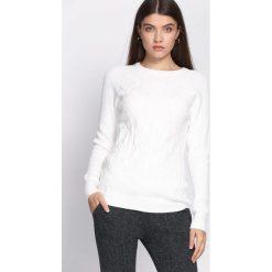 Biały Sweter Prevalent. Białe swetry klasyczne damskie Born2be, l, z okrągłym kołnierzem. Za 69,99 zł.