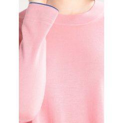PS by Paul Smith Sweter pink. Czerwone swetry klasyczne damskie PS by Paul Smith, l, z materiału. W wyprzedaży za 351,60 zł.
