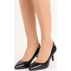 Czarne Czółenka Retrospect. Czarne buty ślubne damskie marki Kazar, z nubiku, na wysokim obcasie, na szpilce. Za 69,99 zł.
