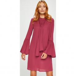 Silvian Heach - Sukienka. Różowe długie sukienki marki numoco, l, z dekoltem w łódkę, oversize. Za 339,90 zł.