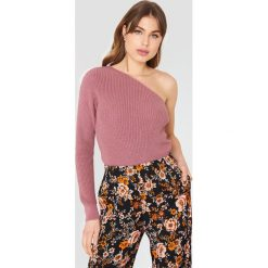 NA-KD Sweter oversize na jedno ramię - Pink. Zielone swetry oversize damskie marki Emilie Briting x NA-KD, l. W wyprzedaży za 85,17 zł.