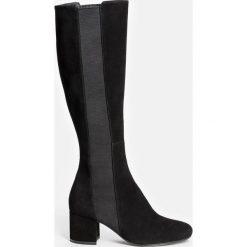 Czarne kozaki damskie. Czarne buty zimowe damskie marki Kazar, z futra, przed kolano, na wysokim obcasie, na koturnie. Za 849,00 zł.