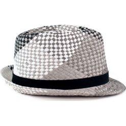 Kapelusz damski Lato w kratę szary. Białe kapelusze damskie marki Born2be, na lato. Za 28,94 zł.