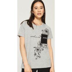 T-shirt z kontrastową kieszenią - Jasny szar. Szare t-shirty damskie marki Sinsay, l, z kontrastowym kołnierzykiem. W wyprzedaży za 19,99 zł.