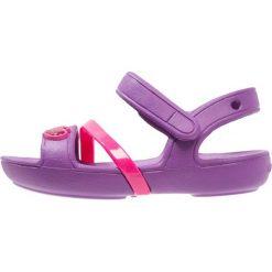 Crocs LINA Sandały kąpielowe amethyst. Fioletowe sandały chłopięce marki Crocs, z gumy. Za 129,00 zł.