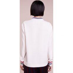 DESIGNERS REMIX DAWN Koszulka polo cream. Białe bralety marki DESIGNERS REMIX, z elastanu, polo. Za 839,00 zł.