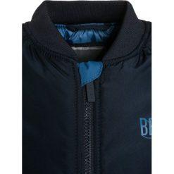 Bench Kurtka przejściowa dark navy blue. Niebieskie kurtki chłopięce przejściowe marki Bench, z materiału. W wyprzedaży za 239,20 zł.