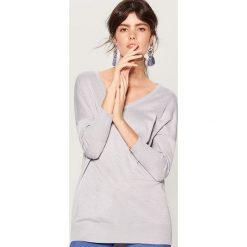 Sweter z metaliczną nitką - Jasny szar. Szare swetry klasyczne damskie marki Mohito, l. Za 99,99 zł.