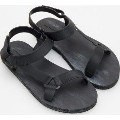Sandały - Czarny. Brązowe sandały dziewczęce marki Reserved. W wyprzedaży za 29,99 zł.