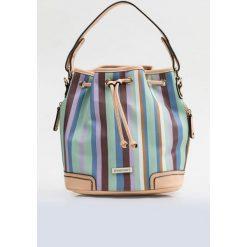 Torebka w kolorowe paski. Szare torebki klasyczne damskie Monnari, w kolorowe wzory, ze skóry, małe, z kolorowym paskiem. Za 109,50 zł.