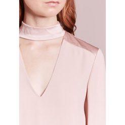 MAX&Co. PERLINA Bluzka pink. Czerwone bluzki asymetryczne MAX&Co., z acetatu. W wyprzedaży za 576,75 zł.